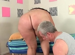 Beamy Honey Calista Roxxx Receives a Massage with an increment of a Vibrator Up Her Cunt